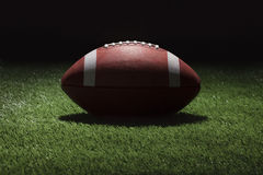 Futebol da faculdade no campo de grama na noite com iluminação do ponto Foto de Stock