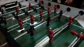 futebol da tabela Futebol de jogo invis?vel da tabela Foosball de jogo desconhecido Os jogadores do jogo de tabela As figuras par vídeos de arquivo
