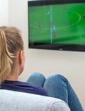 Futebol de observação da mulher foto de stock royalty free
