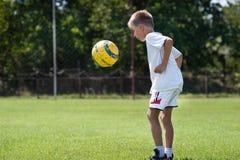 Futebol de retrocesso do menino fotos de stock royalty free