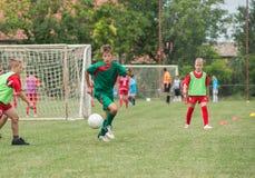 Futebol de retrocesso do menino fotos de stock