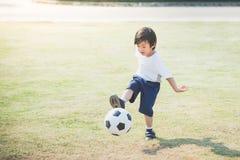 Futebol de retrocesso do menino imagem de stock