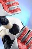 Futebol - depositário do objetivo do futebol que estica para a esfera Imagens de Stock Royalty Free