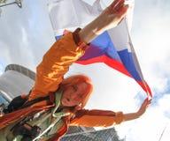 Futebol do fã da menina do russo com bandeira Rússia perto da arena do estádio fotografia de stock