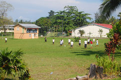 Futebol do jogo das mulheres no terreno da High School Fotos de Stock Royalty Free