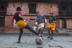 Futebol do jogo de crianças após a lição na escola de Jagadguru imagens de stock royalty free