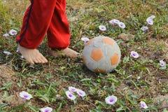 Futebol do jogo do pé da criança Fotografia de Stock