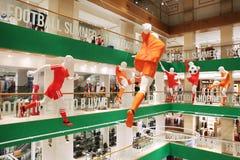 Futebol do jogo dos manequins com a bola Loja da decoração TSUM no hono Fotografia de Stock Royalty Free