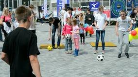 Futebol, exposição 2014 dos esportes - as crianças ostentam o festival, Kiev, Ucrânia, filme