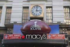 Futebol gigante em Macy s Herald Square em Broadway durante a semana do Super Bowl XLVIII em Manhattan Foto de Stock Royalty Free