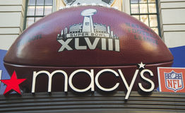 Futebol gigante em Macy s Herald Square em Broadway durante a semana do Super Bowl XLVIII em Manhattan Foto de Stock