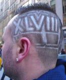 Futebol não identificado com penteado do Super Bowl XLVIII em Manhattan Foto de Stock