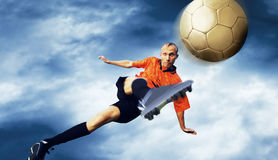 Futebol no céu fotos de stock royalty free