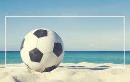 Futebol no conceito do esporte da atividade da praia imagens de stock