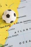 Futebol no mapa de Brasil para mostrar o campeonato do mundo 2014 de FIFA do Rio Tourna Fotos de Stock Royalty Free