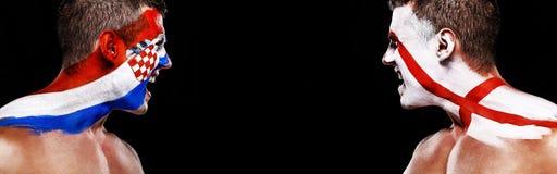 Futebol ou atleta do fan de futebol com bodyart na cara - bandeiras da Croácia contra Inglaterra Conceito do esporte com copyspac imagens de stock