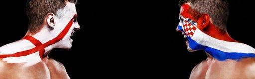 Futebol ou atleta do fan de futebol com bodyart na cara - bandeiras de Inglaterra contra a Croácia Conceito do esporte com copysp fotos de stock