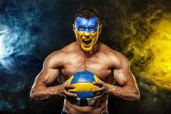 Futebol ou futebol, ou voleibol, fã com bodyart na cara - bandeira de Ucrânia fotografia de stock