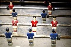 Futebol pequeno da tabela do homem imagem de stock