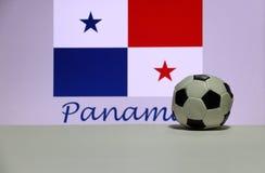 Futebol pequeno na bandeira branca da nação do assoalho e do panamanian com o texto do fundo de Panamá imagens de stock royalty free