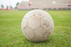Futebol velho na grama Fotos de Stock