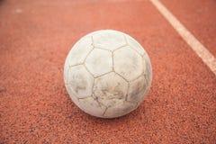 futebol velho na pavimentação Fotos de Stock