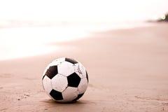 Futebol velho na praia Imagem de Stock