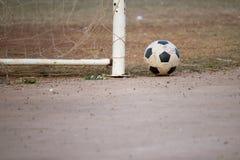 Futebol velho posto perto do cargo do objetivo Fotografia de Stock Royalty Free