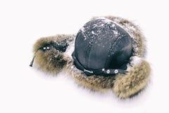 Futerkowy kapelusz dla zimy zakrywającej w śniegu Pierwszy śnieg spadał tonowanie _ zdjęcie stock