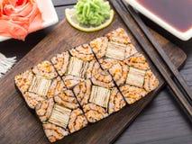 Futomaki con la tortilla del tobico y del tomago Foto de archivo