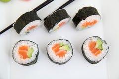 Futomaki, Lachse und Avocado Traditionelle japanische Sushirollen Lizenzfreie Stockfotografie