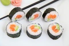 Futomaki, saumons et avocat Roulis de sushi japonais traditionnels Photographie stock libre de droits