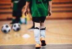 Futsal utbildning för ungar Spelare för inomhus fotboll som utbildar med bollar arkivfoton
