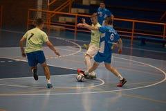 Futsals-Spieler in der Sporthalle Lizenzfreie Stockfotos