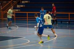 Futsals-Spieler in der Sporthalle Lizenzfreie Stockbilder