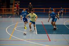 Futsals-Spieler in der Sporthalle Lizenzfreie Stockfotografie