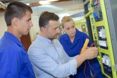 Futur électricien dans l'atelier images stock
