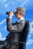Futur dei fieldglasses dell'uomo d'affari fotografie stock libere da diritti