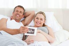 Futur föräldrar som ser deras röntgenstråle Arkivbild