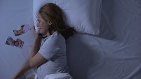Futura mamma deprimente che grida a letto, esaminando foto lacerata, divorzio di disfacimento video d archivio
