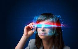 Future femme avec les verres futés de pointe images libres de droits