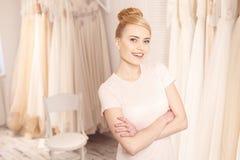 Future jeune mariée attirante choisissant l'habillement pour l'événement Photographie stock