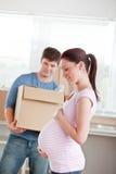 Future mère adorable avec le mari dans leur maison Image libre de droits