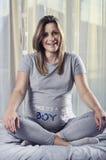 Future maman souriant et montrant le bonheur en raison de la grossesse Photographie stock