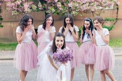 Future mariée tenant des fleurs Photos libres de droits
