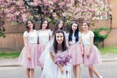 Future mariée tenant des fleurs Image libre de droits