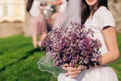 Future mariée tenant les fleurs lilas Photographie stock libre de droits