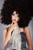 Futurism. Fanciful flicka i enorm ovanlig burrig peruk för svart afrikan Arkivfoto