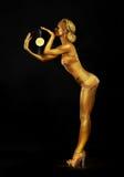 Futurismus. Formschöne goldene Frau DJ mit Vinylaufzeichnung. Körper-Malerei Lizenzfreies Stockfoto