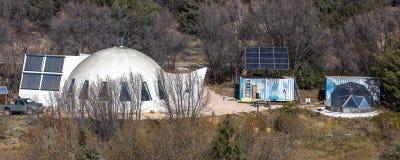 From 1970 futurista retro - cubra con una cúpula a casa con el remot de energía solar Foto de archivo